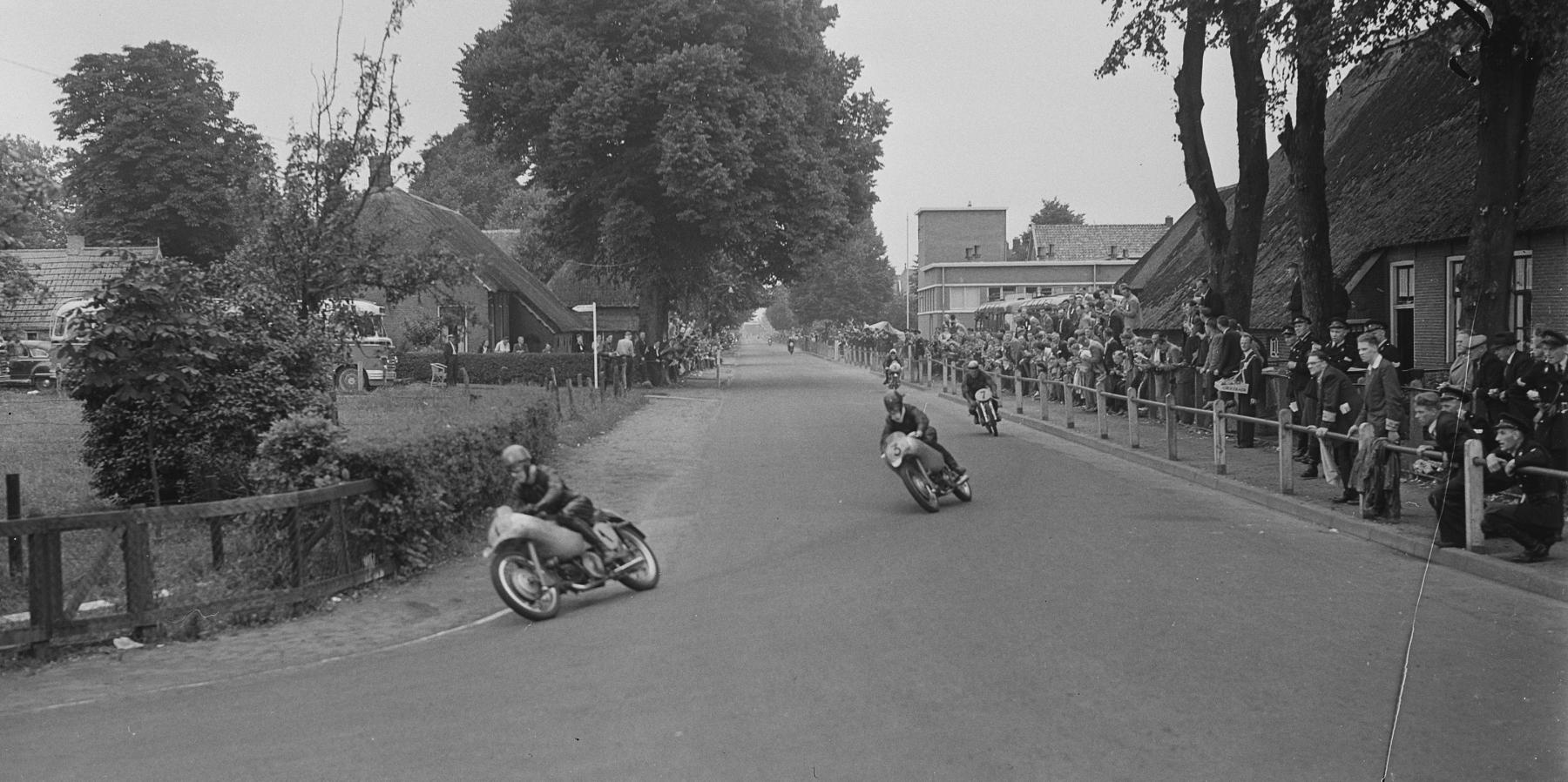 zaak 1316360 - stichting tt hooghalen-Beelden TT uit 1953 - Hoofdstraat