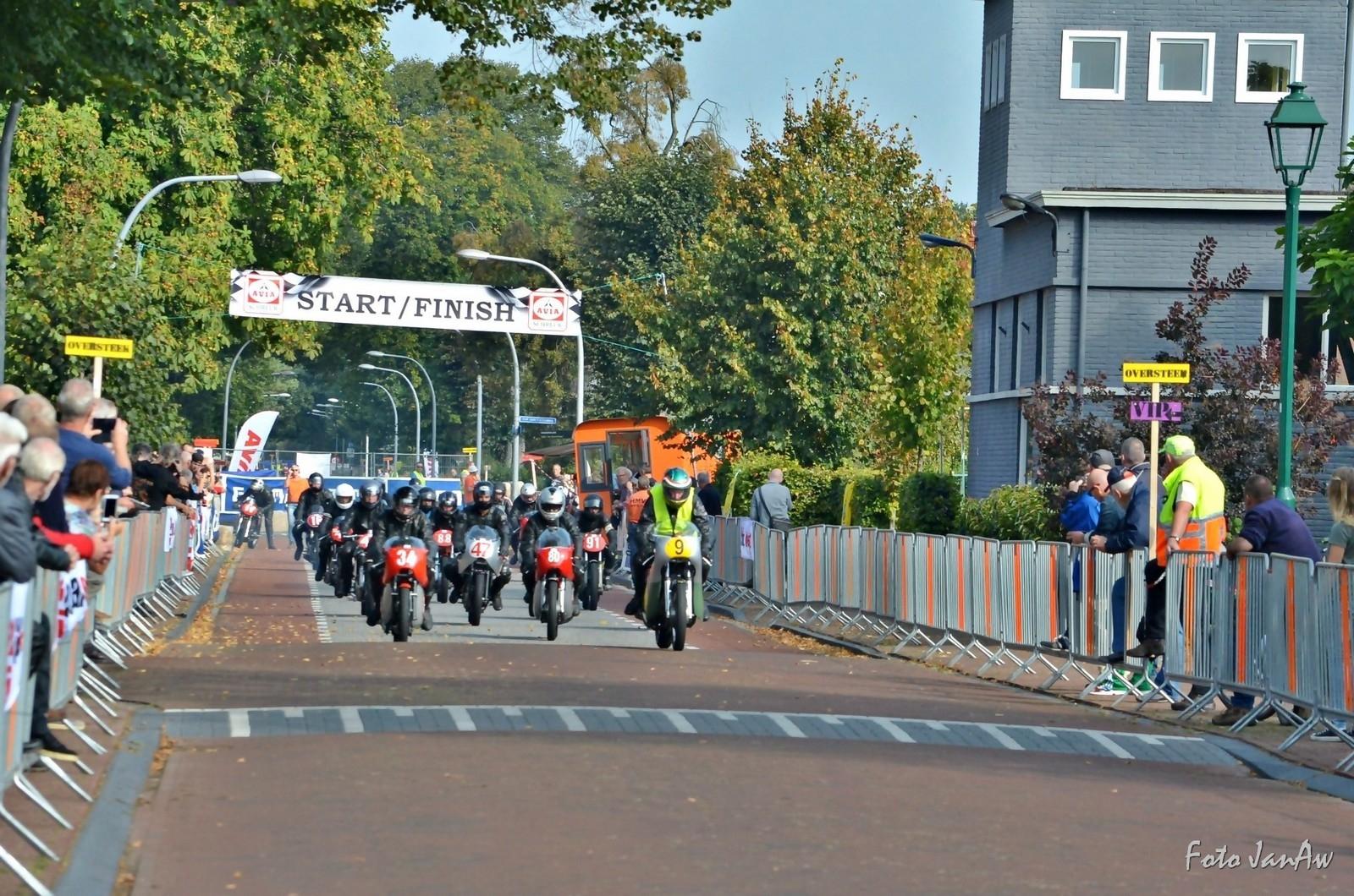 zaak 1316361 - stichting tt hooghalen-Historische demorace 2016 - Hoofdstraat start